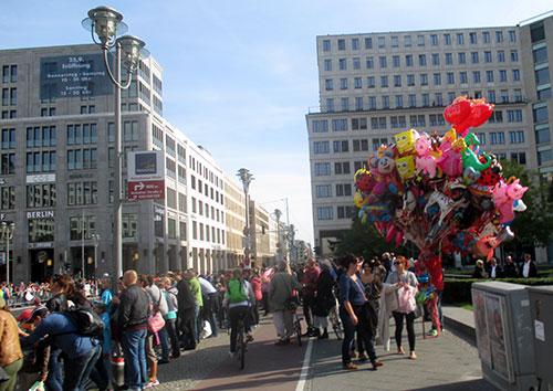 Ballonverkäufer am Leipziger Platz mit Blick auf die Mall of Berlin