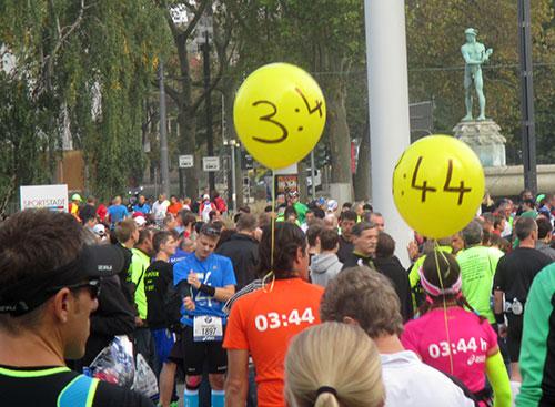 Zugläufer mit den 3:44-Ballons vor dem Start
