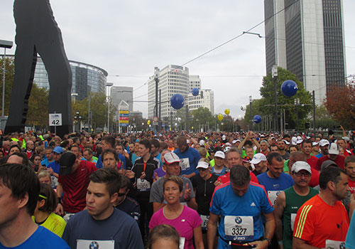 Läuferfeld vor dem Start des Frankfurt-Marathon