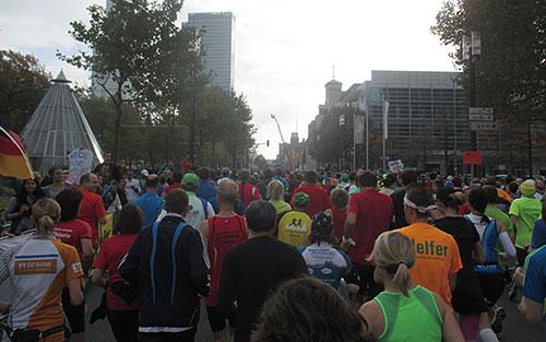 Marathonläufer auf den ersten Kilometern in Frankfurt