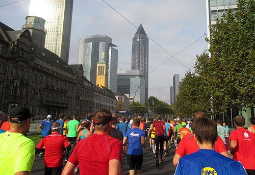 Frankfurt-Marathon-Läufer vor Messeturm