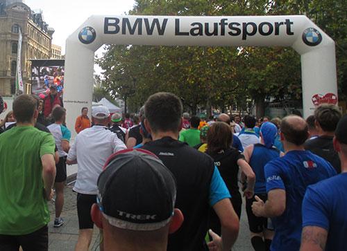 Marathonläufer vor Bildschirm mit der Spitzengruppe