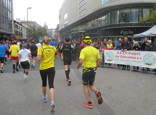 Marathonläufer und Zuschauer auf Höhe der Zeil