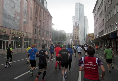 Läufer des Frankfurt-Marathon kurz vor dem Eschenheimer Turm
