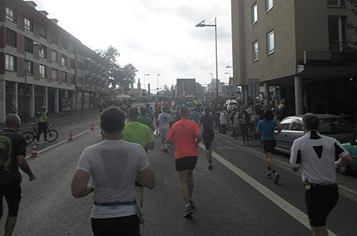Läufer beim kurzen Anstieg zur Brücke über den Main