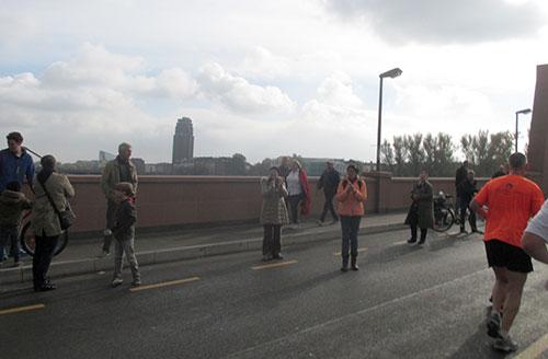 Wenige Zuschauer auf der Mainbrücke