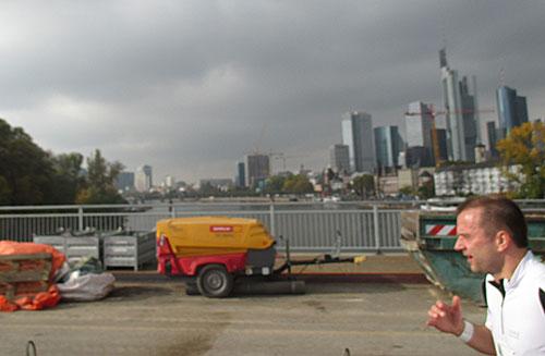 Läufer auf der Brücke mit Blick auf die Skyline Frankfurts