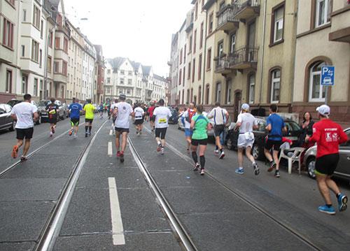 Marathonläufer auf der Südseite des Mains