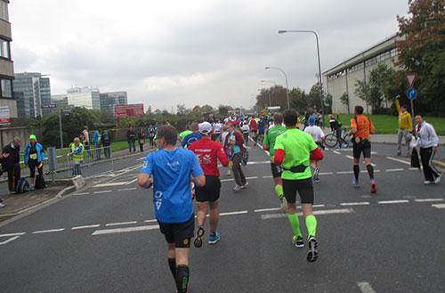 Marathon-Läuferfeld auf breiter Straße
