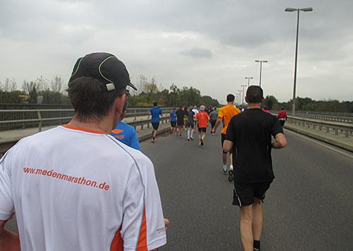 Läufer auf Bundesstraße