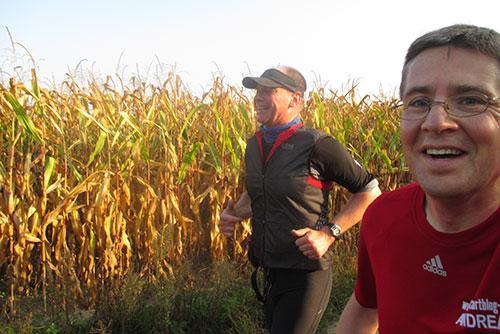 Läufer an einem Maisfeld