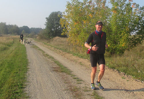 Läufer vor Schlittenhunde-Gespann