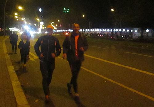 Läufer beim Lauf entlang der Ballons der Lichtgrenze