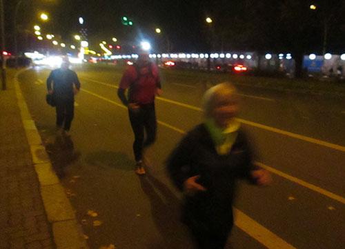 Läufer beim Lauf an der Lichtgrenze zum 25-jährigen Mauerfall-Jubiläum