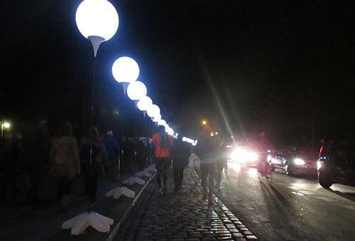Läufer und leuchtende Ballons der Lichtgrenze am Bethaniendamm