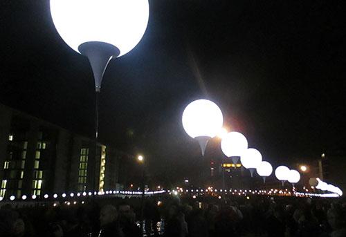 Ballons der Lichtgrenze am Reichstagufer