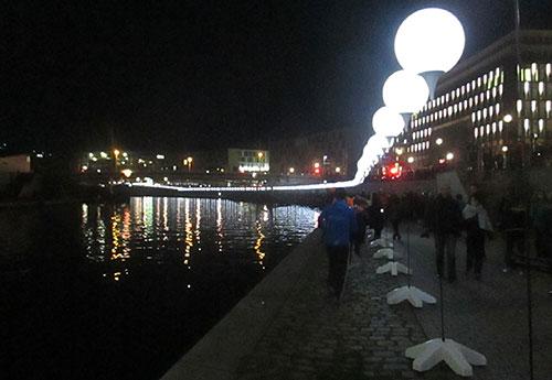 Ballons der Lichtgrenze spiegeln sich am Kapelle-Ufer in der Spree