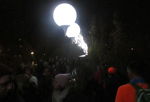 Dichtes Gedränge an der Lichtgrenze im Park am Nordbahnhof