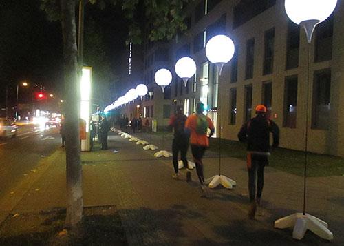 Läufer laufen entlang der Lichtgrenze an der Bernauer Straße