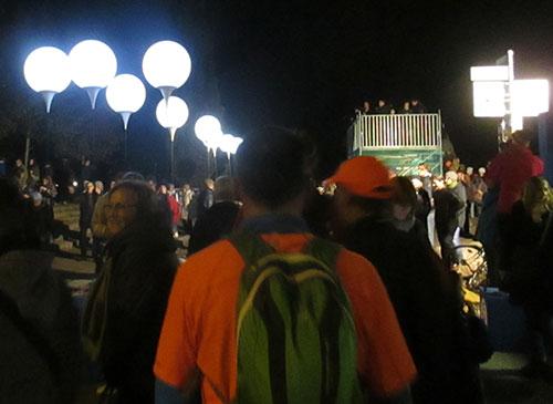 Eingang zum Mauerpark mit den leuchtenden Ballons der Lichtgrenze