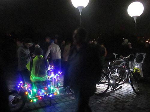 Leuchtendes Fahrrad im Mauerpark