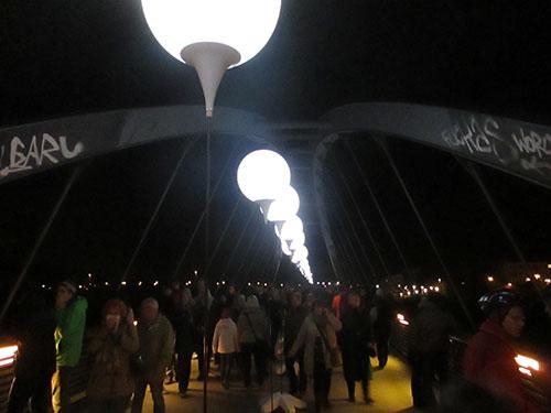 Leuchtende Ballons auf dem Schwedter Steg