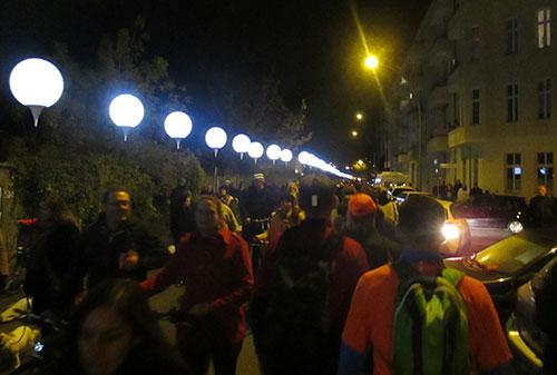 Läufer und Spaziergänger mit Ballon-Reihe auf der Norwegerstraße