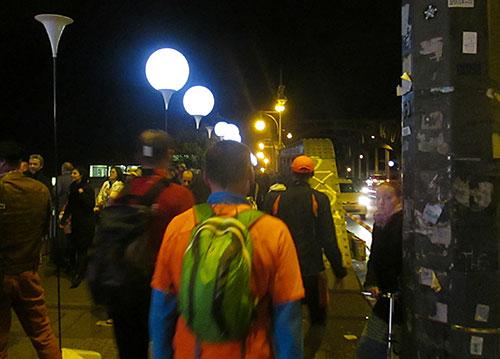 Läufer und Ballons der Lichtgrenze auf der Bösebrücke am ehemaligen Grenzübergang Bornholmer Straße