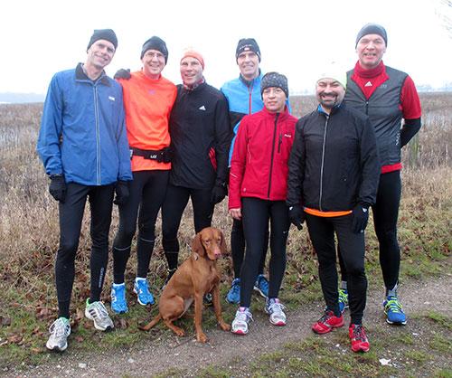 Läufer-Gruppenbild mit Hund zum Jahresende