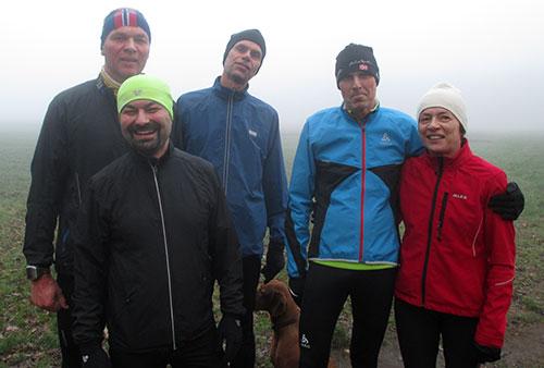Läufer-Gruppenbild im Nebel