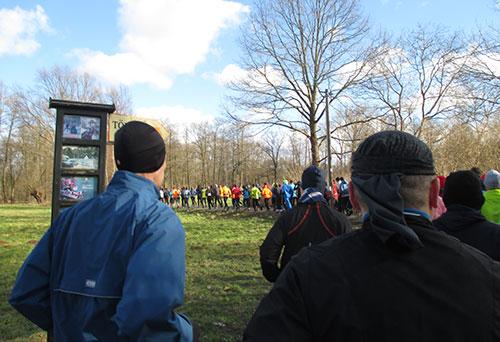Ein volles Läuferfeld zu Beginn des Frostwiesenlaufs