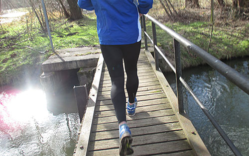 Laufen über einen Steg im Spreewald