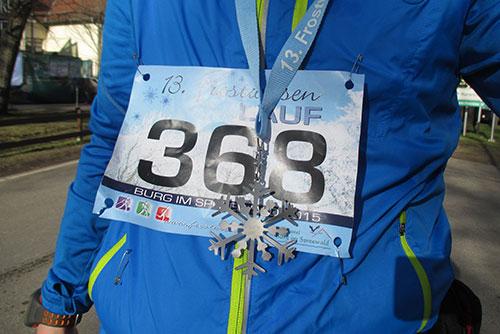 Läufer mit Startnummer und Medaille des Frostwiesenlaufs