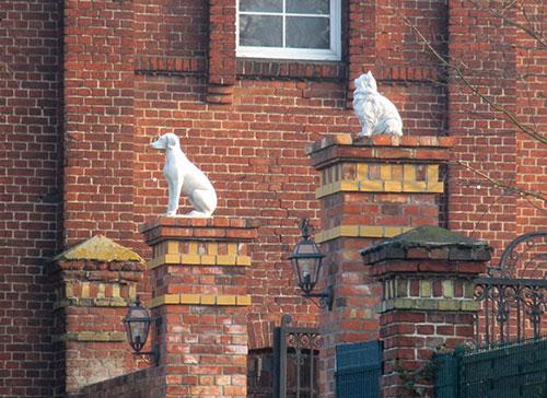 Skulpturen von Hund und Katze am Friederikenhof