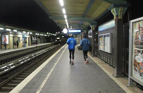 Läufer auf dem morgendlichen S-Bahnhof Buckower Chaussee