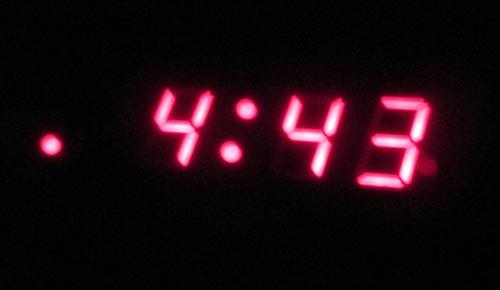 Der Wecker zeigt 4:43 Uhr am Morgen