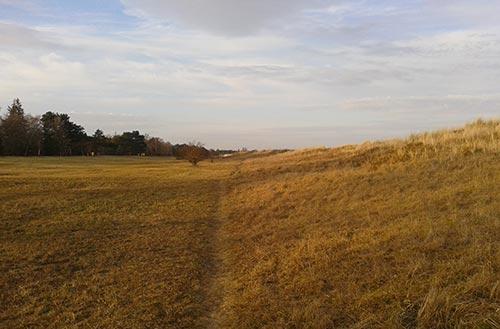 Laufen zwischen Düne und Deich in Dänemark