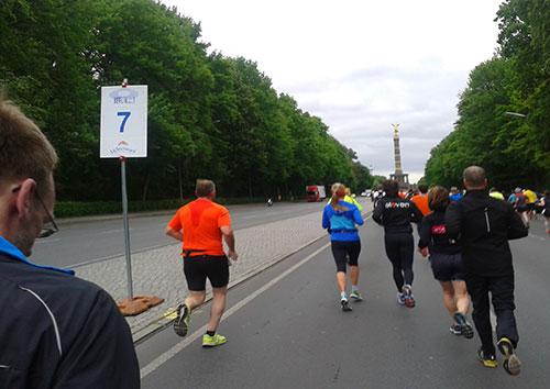 Läufer bei km 7 vor der Sigessäule