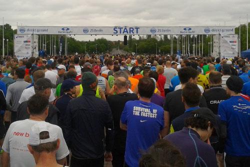 Läufer vor dem Start um 25-km-Lauf von Berlin