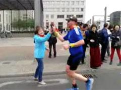 Zuschauerin und Läufer klatschen sich ab