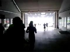 Laufen vom Dunkel in das helle Stadion