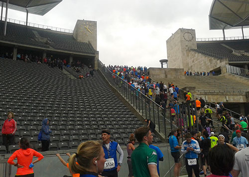 Nach dem Zieleinlauf die Treppen des Stadions hinauf