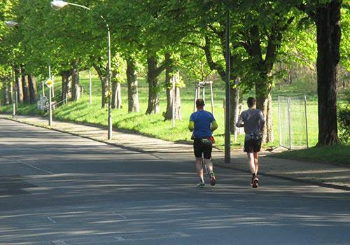 Läufer auf der Verbindungsstraße