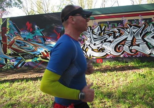 Läufer vor Wand mit Graffiti