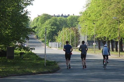 Laufen auf der Verbindungsstraße am Gaswerk Mariendorf