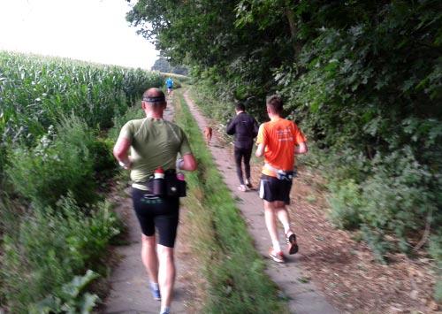 5 Läufer und ein Hund auf dem weg nach Diedersdorf