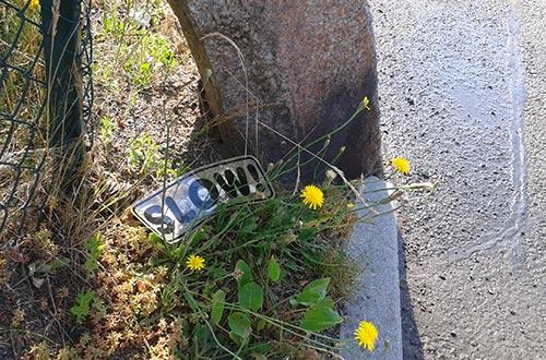 Schild Slow auf dem Boden