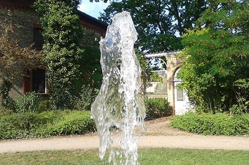 Wasser des Springbrunnens im Gutspark Marienfelde