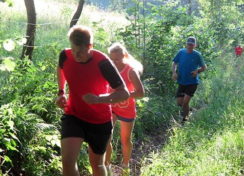 Läuferin und Läufer auf der Steigung