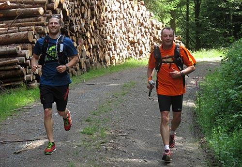 Läufer zwischen Holzstößen
